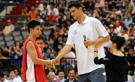 Jeremy Lin shakes hands with Yao Ming